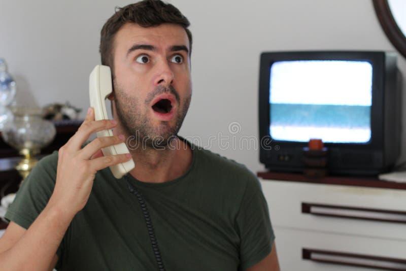 Rétro image dénommée de l'homme obtenant la mauvaise nouvelle par le téléphone photos stock