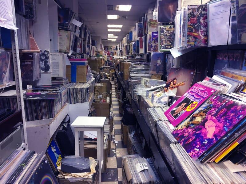 Rétro image dénommée des boîtes avec des disques de plaque tournante de vinyle sur un marché de fuite photographie stock