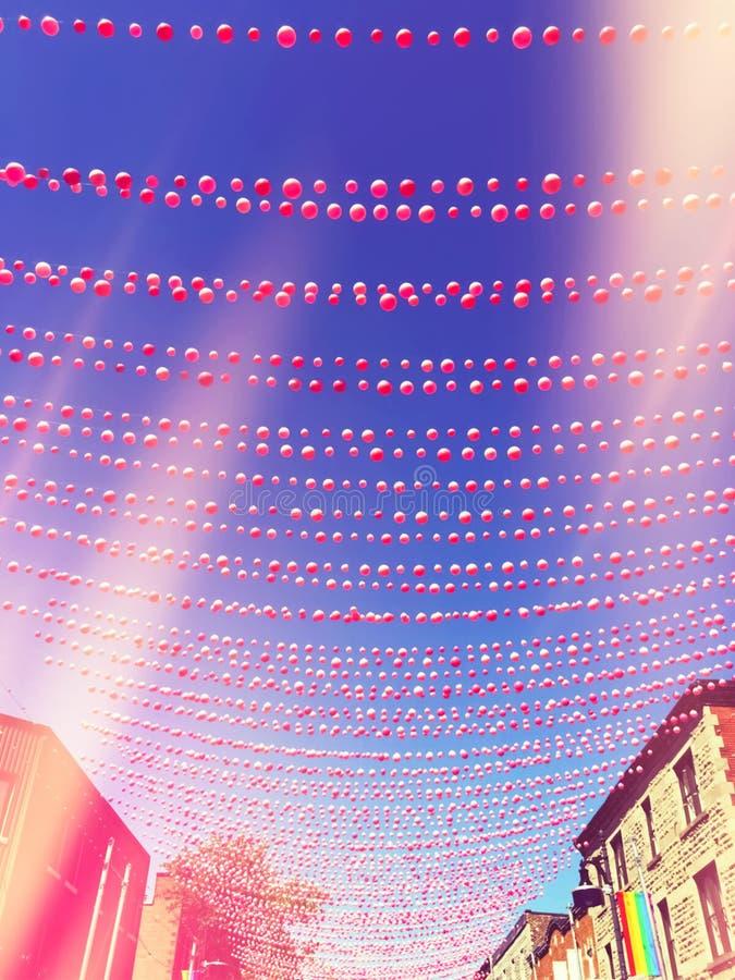 Rétro image de style d'une rue dans le voisinage gai décoré de illustration de vecteur
