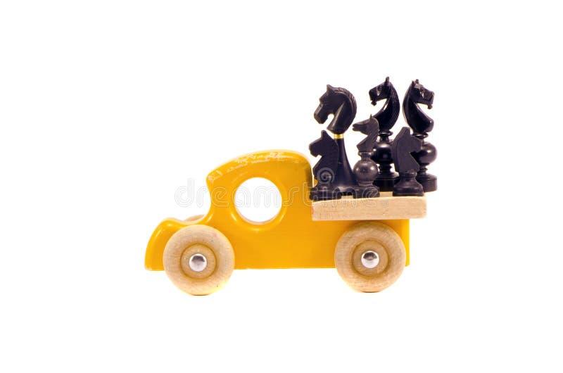 Rétro jouet en bois de voiture avec le groupe d'échecs de cheval d'isolement sur le blanc photographie stock libre de droits