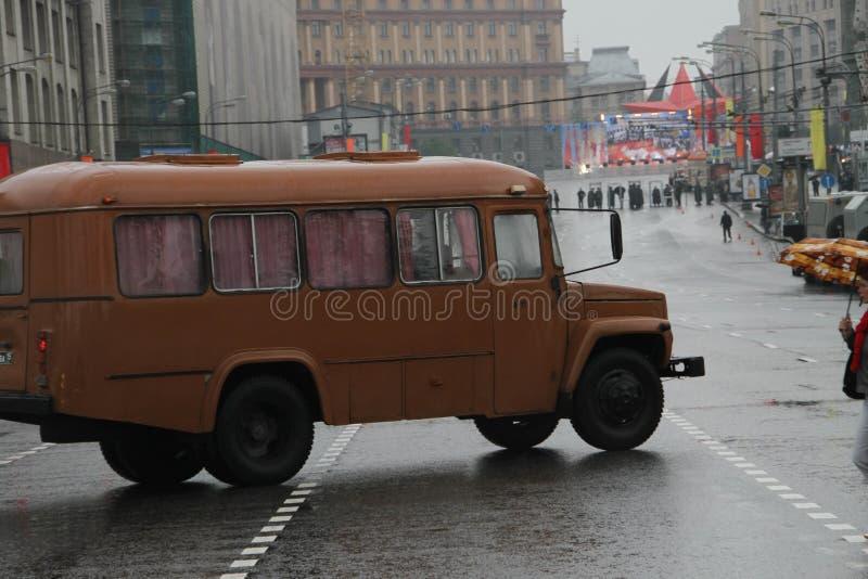 Rétro l'autobus sur des rues de Moscou dans le jour du cortège des communistes photo libre de droits