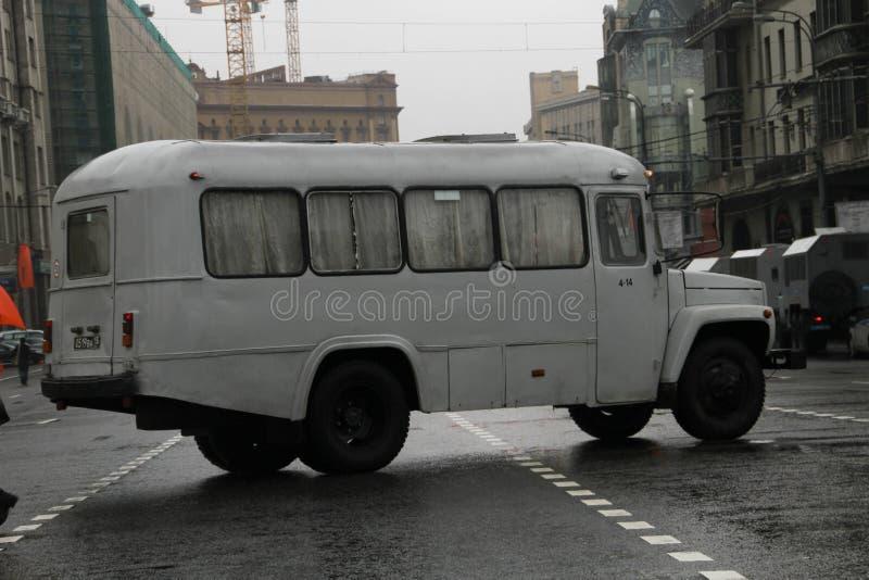 Rétro l'autobus sur des rues de Moscou dans le jour du cortège des communistes photos libres de droits