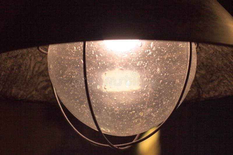 Rétro lampe avec le verre avec des bulles d'air dans le verre lumière à base métallique, en verre et faible pendant des soirées c photos libres de droits
