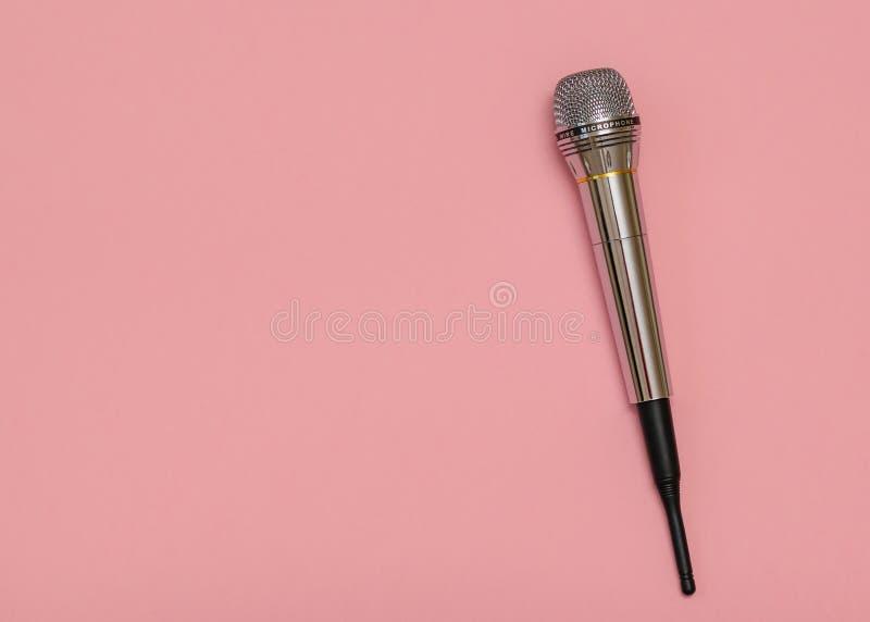 Rétro microphone avec le fil sur le fond rose minimalisme Configuration plate images stock
