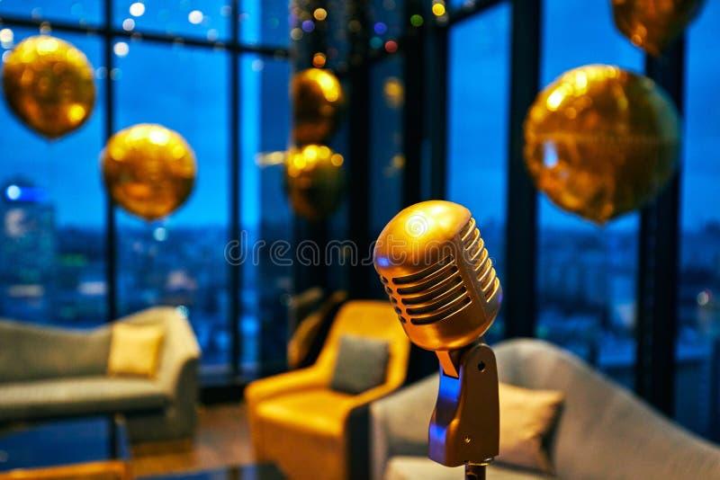 Rétro microphone classique d'or et cru vieux photos libres de droits