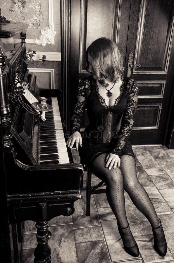 Rétro monochrome de charme sensuel Belle femme dans une dentelle images stock