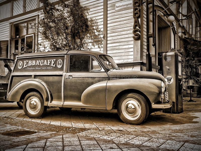 Rétro Morris Minor camion de livraison de B/W en dehors du ` d'Ebba s Café dans la Ã-terre Suède de Borgholm image libre de droits