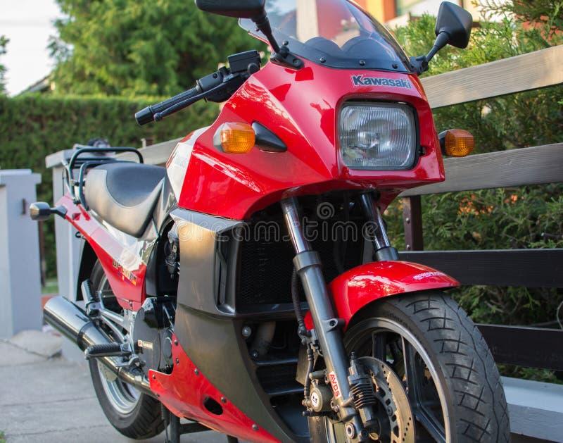 Rétro moto de Kawasaki GPZ photographiée dehors Vélo légendaire de film Top Gun image libre de droits