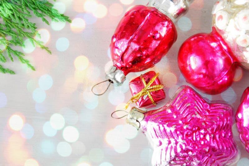Rétro Noël en verre joue sur le panneau en bois dans des lumières de Noël images stock