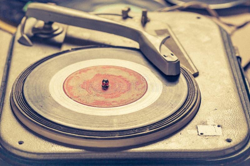 Rétro phonographe et vieux vinyle avec rayé images stock