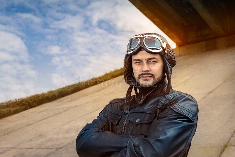 Rétro pilote Portrait avec les verres et le casque de vintage photo libre de droits