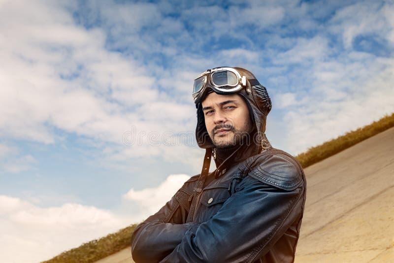 Rétro pilote Portrait avec les verres et le casque de vintage photographie stock