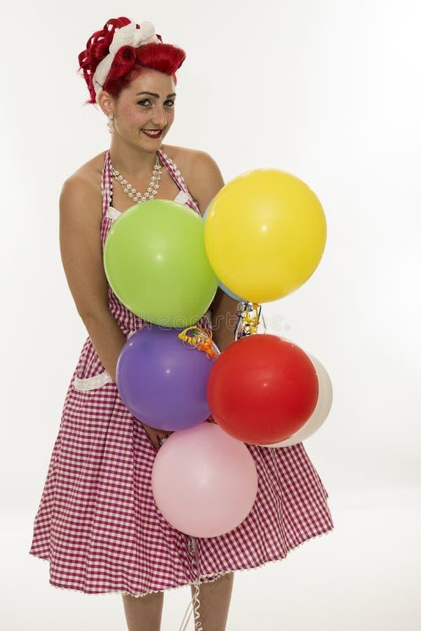 Rétro pin-up de style de femme avec le balloune de différentes couleurs image libre de droits
