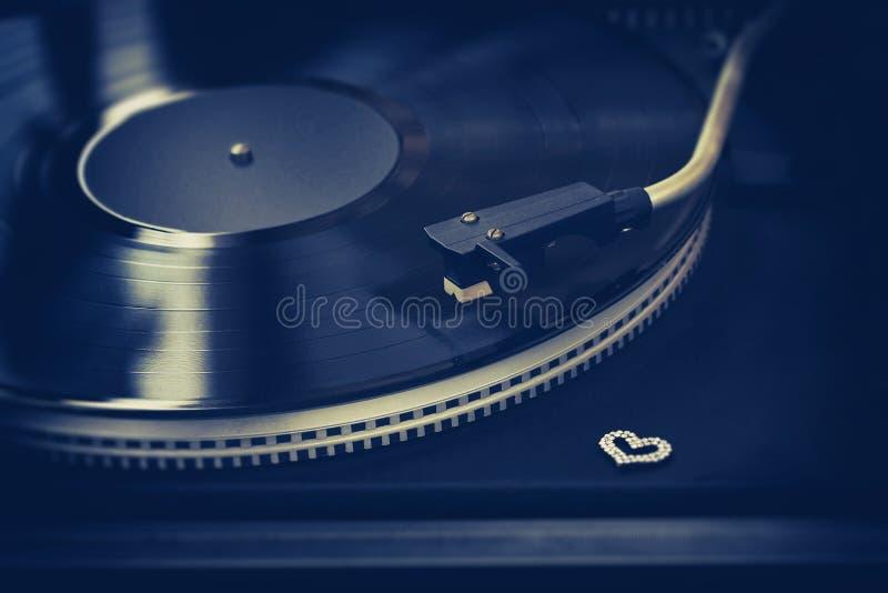 Rétro plaque tournante, disque vinyle, coeur de décor images libres de droits