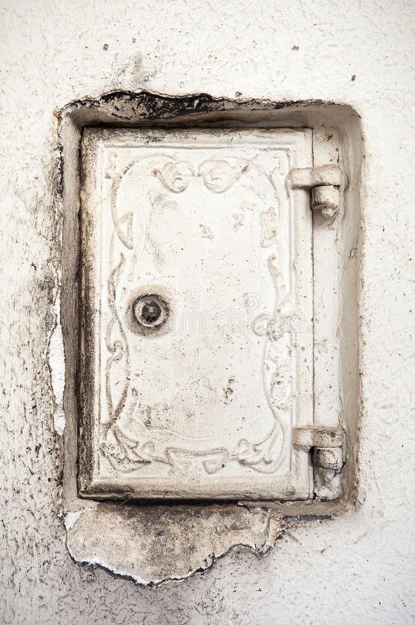 Rétro porte de four de cheminée d'intérieur avec des cendres autour images libres de droits