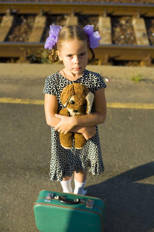 Rétro portrait d'une petite fille à la plate-forme ferroviaire photos libres de droits