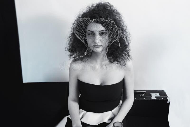Rétro portrait de jeune femme bouclée de brune photos stock