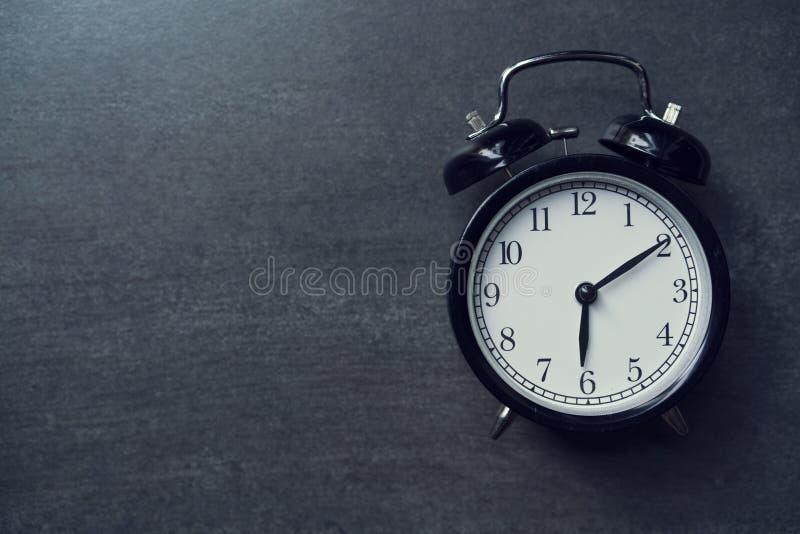 rétro réveil sur le fond noir photo libre de droits
