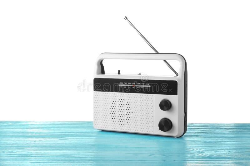 Rétro radio sur le fond blanc images libres de droits