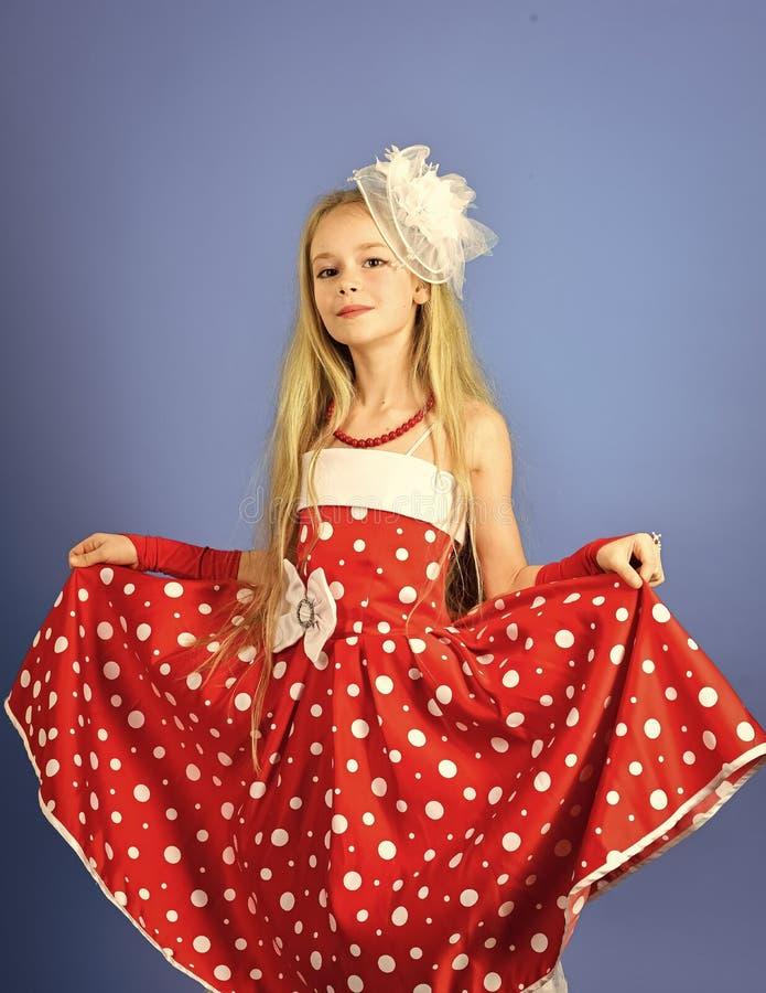 Rétro regard et coiffeur, maquillage dans la goupille vers le haut du style rétro fille dans la robe rouge images stock