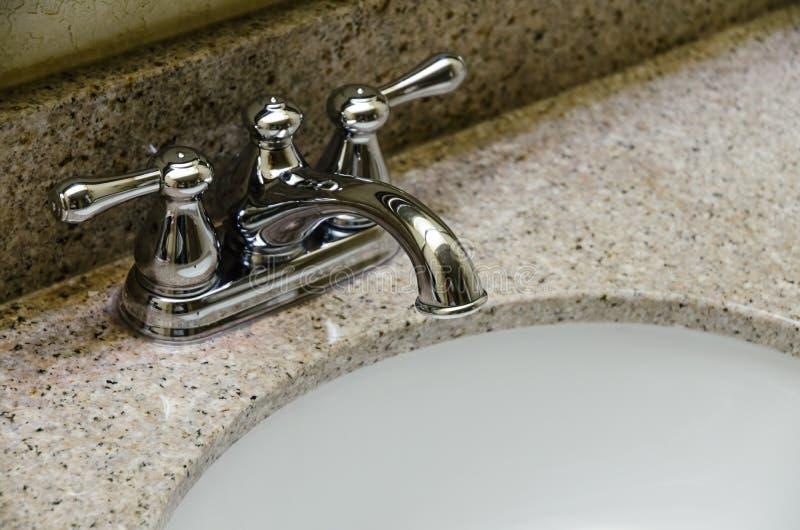 Rétro robinet de Chrome de style et vieil évier dans la salle de bains photo stock