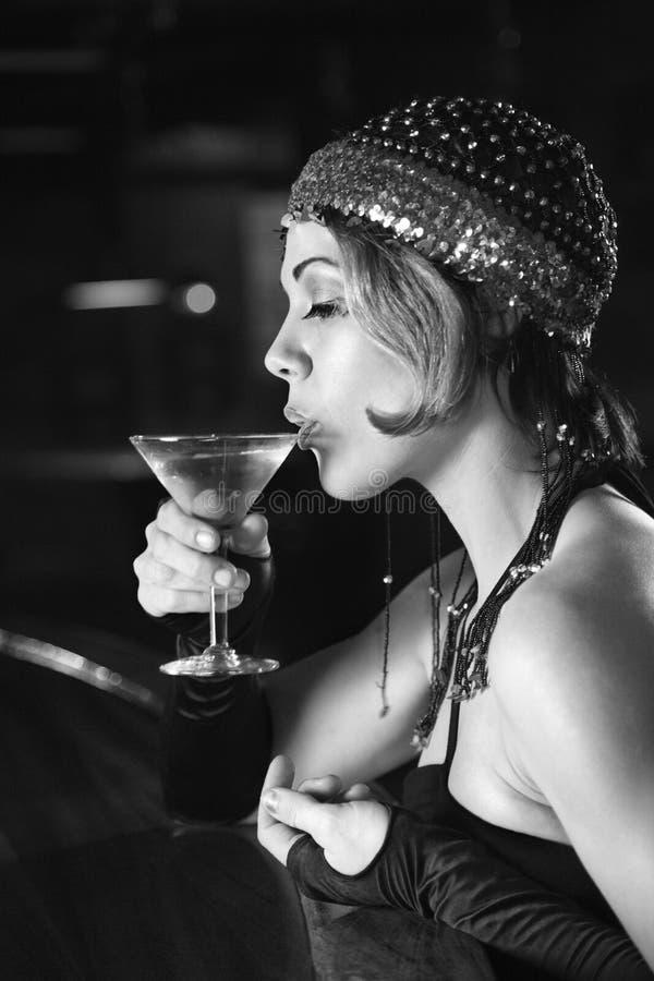 Rétro séance femelle au bar. photos stock