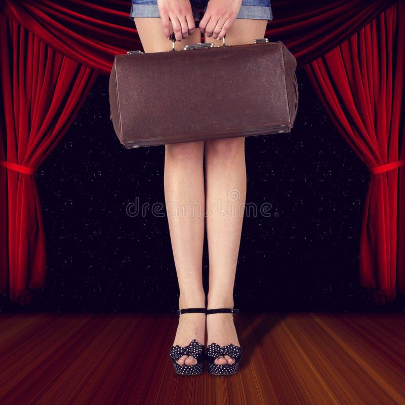 Rétro sac dans les mains d'une femme photos stock