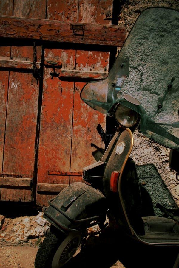 Rétro scooter rouillé images stock