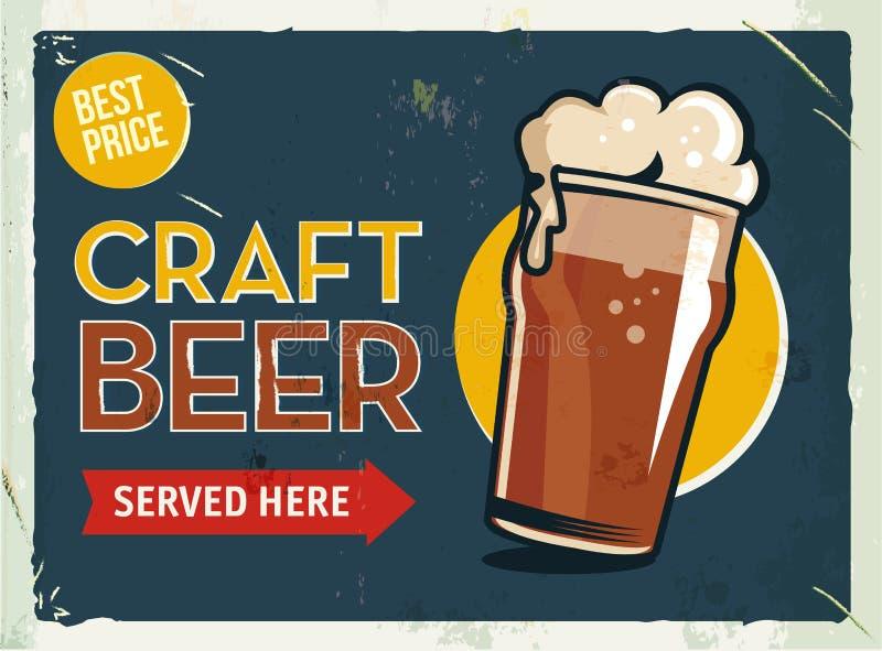 Rétro signe grunge en métal avec de la bière Verre de bière de malt froide d'obscurité de métier Affiche de cru Enseigne de route illustration stock