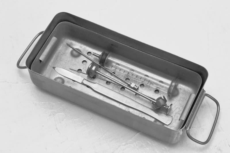 rétro Stérilisateur médical rare avec le scalpel chirurgical en métal, seringue en verre réutilisable, aiguille spinale en acier, photo stock