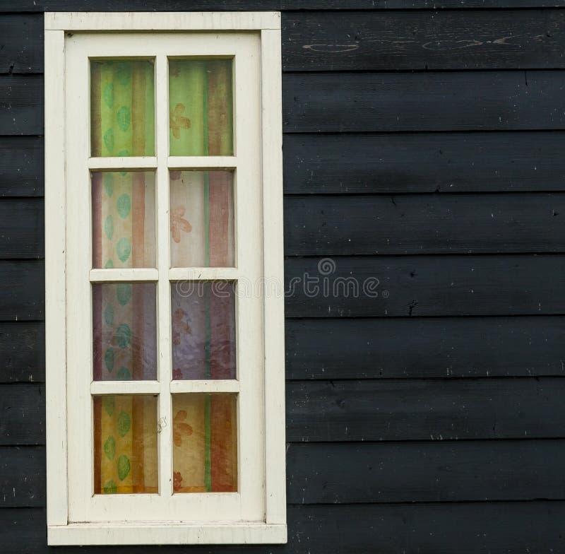 Rétro style, fenêtre en bois traditionnelle démodée et mur en bois noir à Amsterdam, Pays-Bas images libres de droits