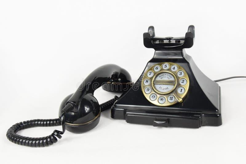 Rétro téléphone noir avec son écouteur soulevé - d'isolement photos libres de droits