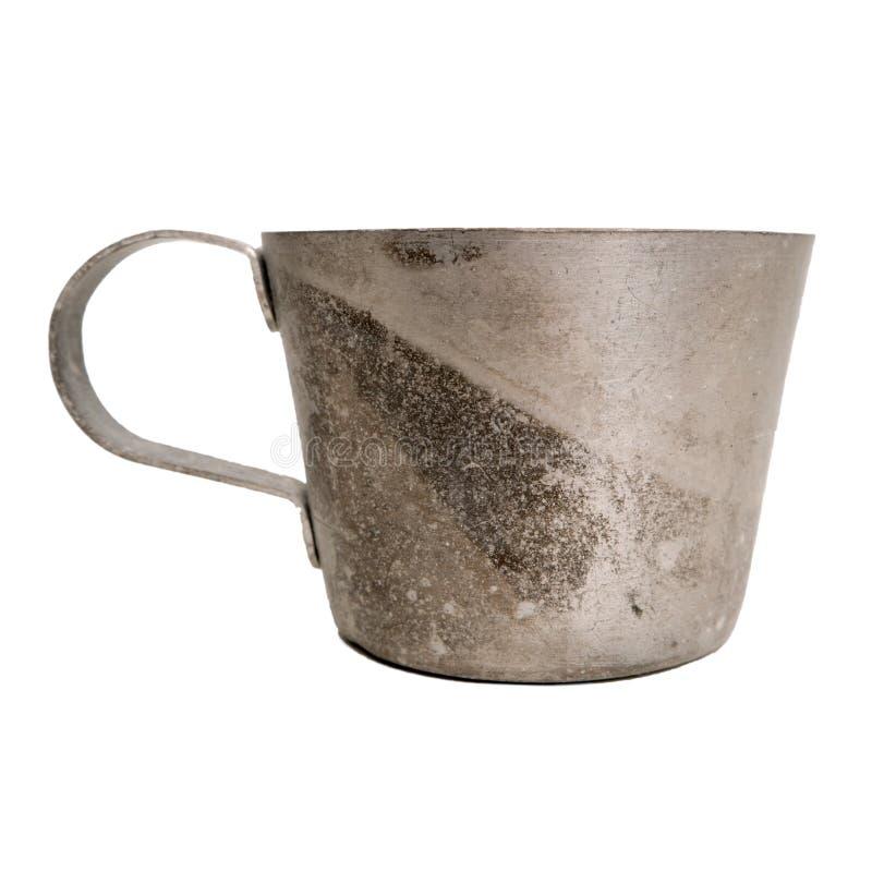 Rétro tasse vieil en métal d'isolement sur le fond blanc photo stock