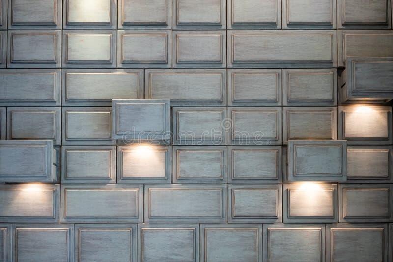 Rétro tiroir en bois antique avec l'éclairage installé pour l'intérieur photo libre de droits