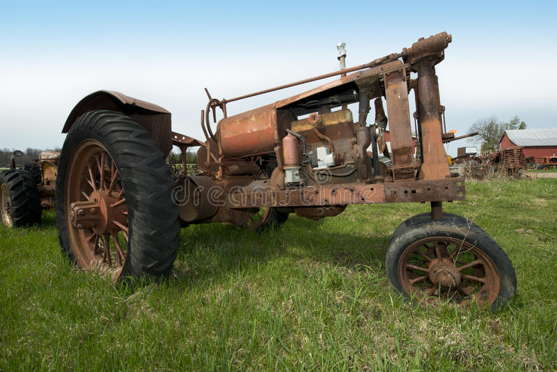 Rétro tracteur antique de rouillement de vieux vintage à l'exploitation laitière du Wisconsin image libre de droits