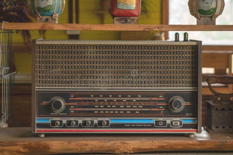 Rétro transistor par radio de cru sur l'étagère en bois Vieux bruit de médias et équipement de musique image stock