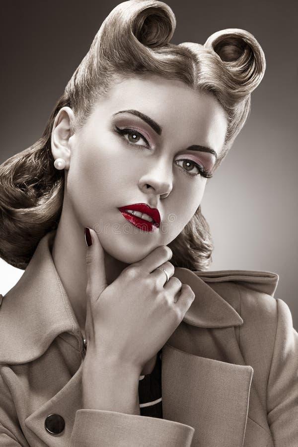 Rétro type. Verticale de B&W. Femme dénommée avec la coiffure Pin-vers le haut photographie stock libre de droits