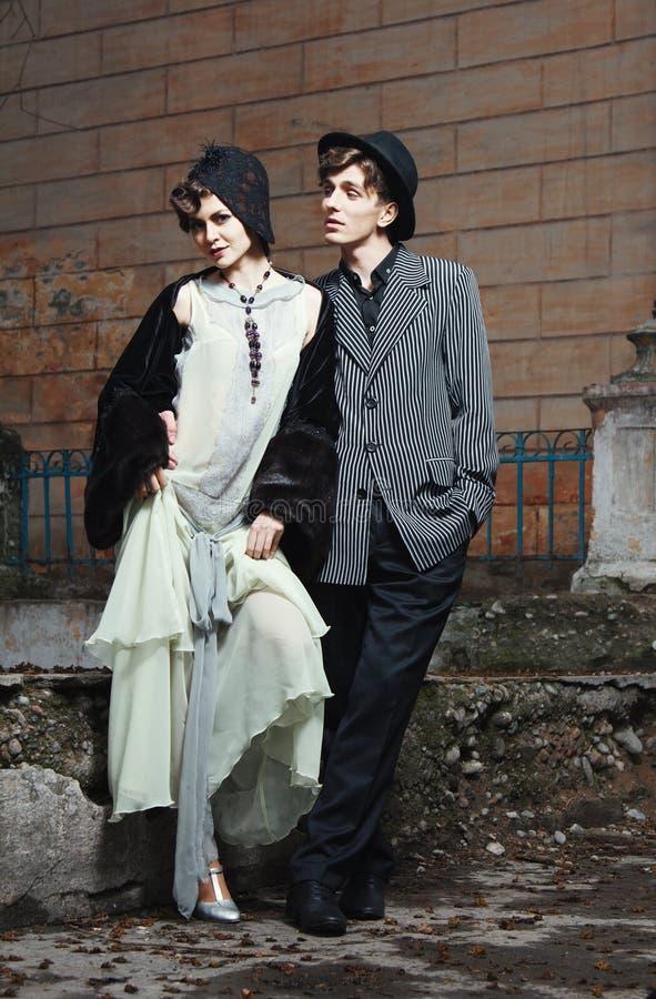 Rétro verticale dénommée de mode d'un jeune couple. photo libre de droits