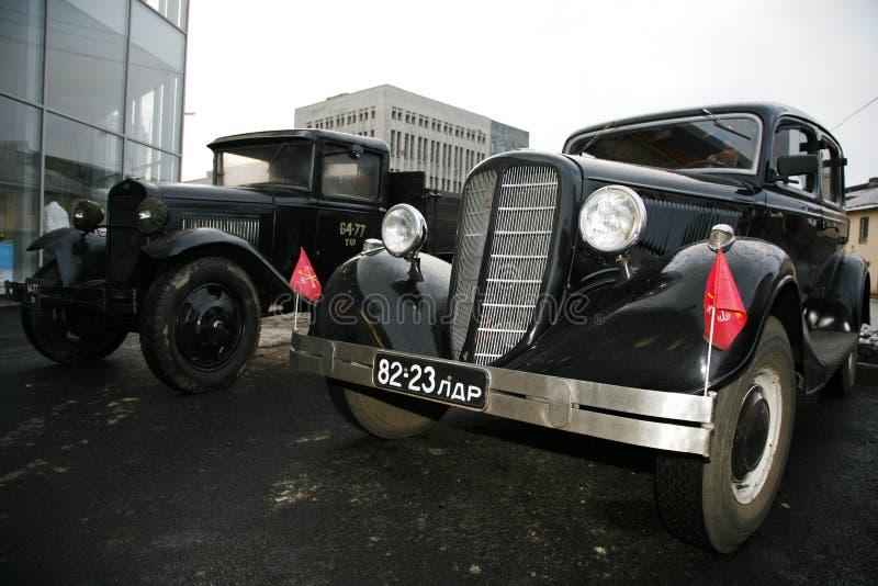 Rétro vieille voiture Volga GAZ - M1 et GAZ - aa, le ` célèbre de polutorka de ` image stock