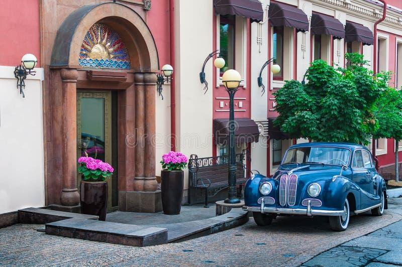 Rétro voiture bleue sur la rue photographie stock libre de droits