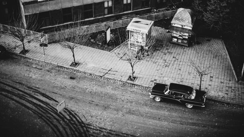 Rétro voiture noire de vintage sur les rues de la ville antique image libre de droits