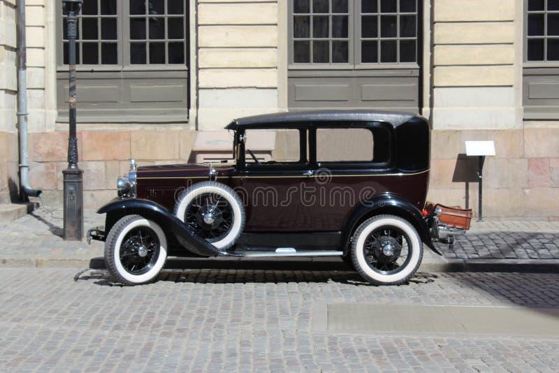 Rétro voiture sur les rues de la vieille ville photographie stock libre de droits