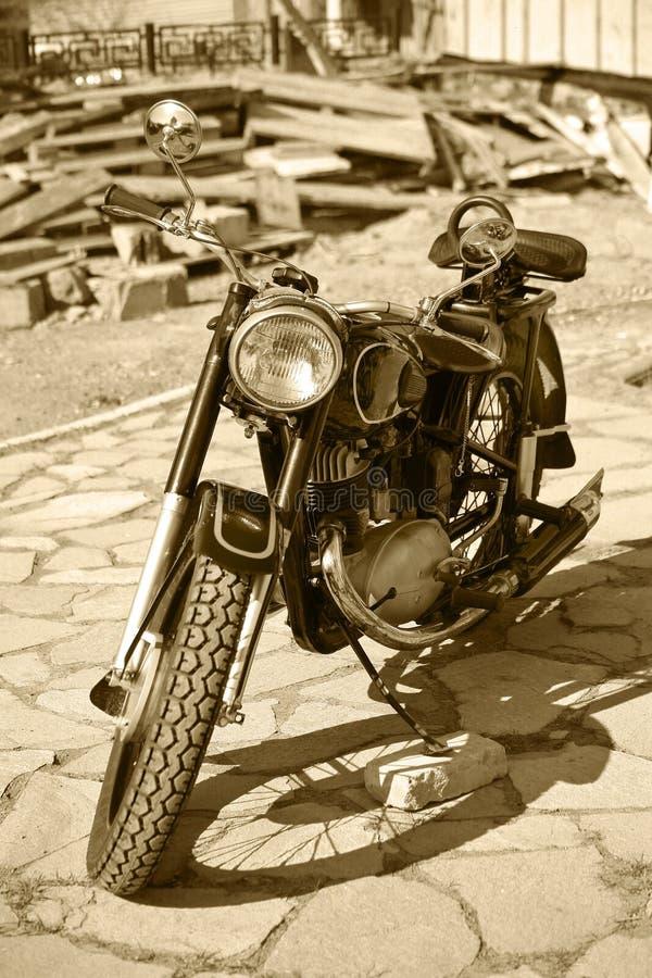 Rétro yard de moto devant le tribunal images libres de droits