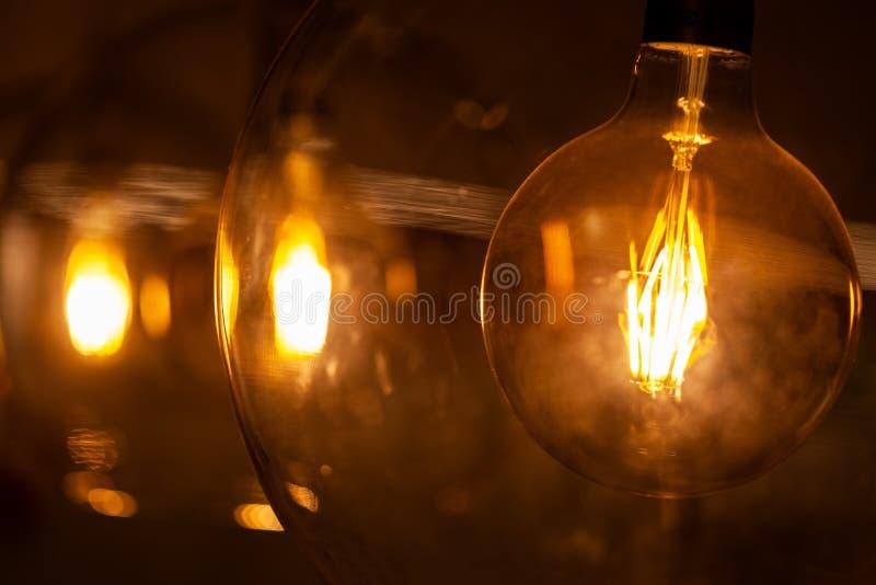 Rétros ampoules chaudes dans des lampes en verre photographie stock
