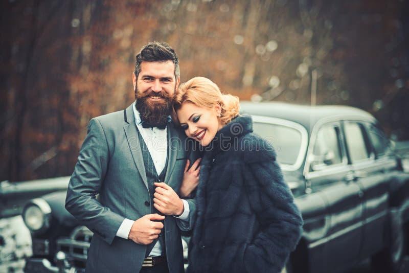 Rétros couples à la voiture de cru voyageant en hiver photos libres de droits
