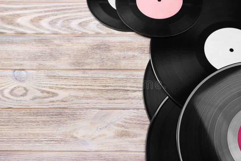 Rétros disques vinyle sur le fond en bois lumineux, foyer sélectif Vue supérieure Copiez l'espace image libre de droits