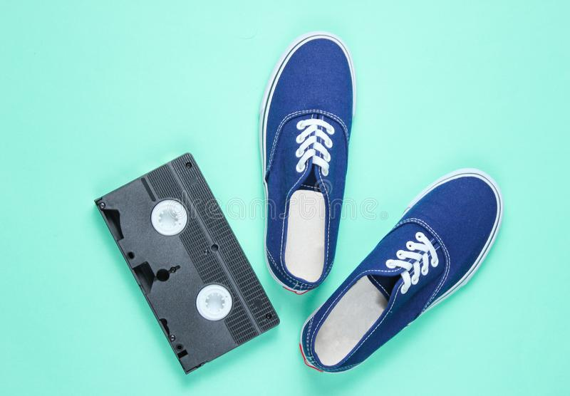 Rétros espadrilles, cassette vidéo images libres de droits