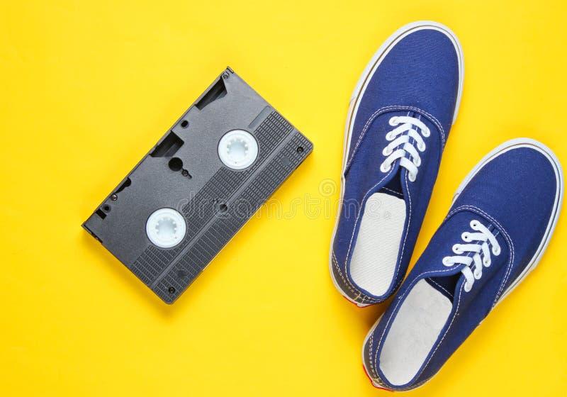 Rétros espadrilles, cassette vidéo photographie stock