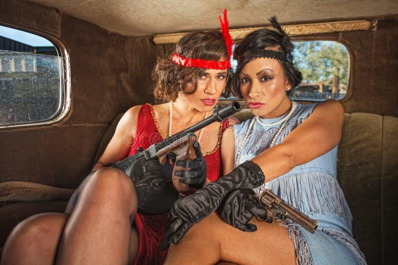 Rétros femelles de bandit dans la voiture photo stock