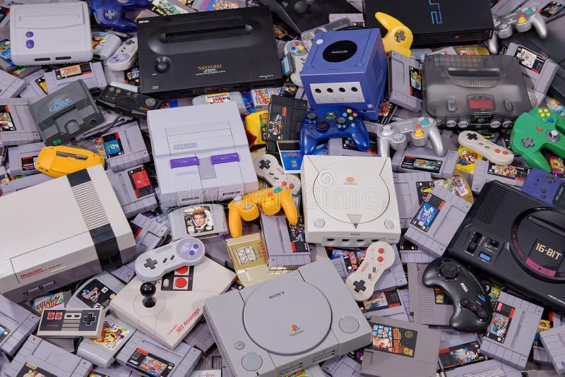 Rétros jeux vidéo, contrôleurs et systèmes classiques photographie stock